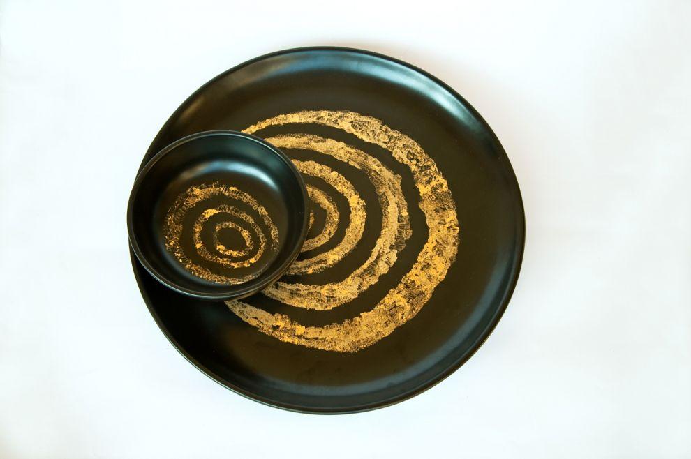 "24b ""Ellisse"" - 2017, diametro piatto 42 cm, diametro ciotola 18 cm, foglia oro su ceramica smaltata"