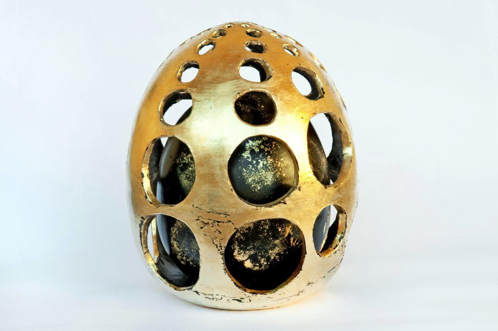 """33 """"Ovo cosmico"""" -  2017, dimensioni h 35 cm, foglia oro su ceramica smaltata"""