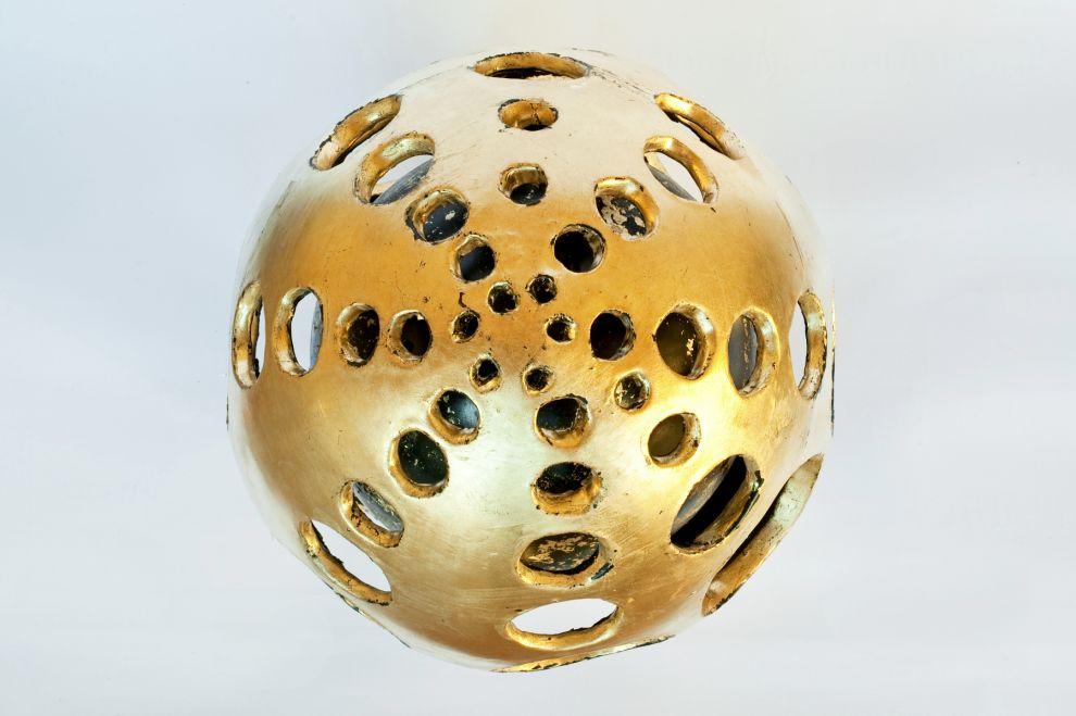 """33b """"Ovo cosmico"""" -  2017, dimensioni h 35 cm, foglia oro su ceramica smaltata"""